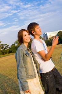キャンパスを歩く女子大学生と男子大学生の写真素材 [FYI03868823]