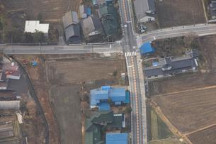 田んぼと住宅と道の写真素材 [FYI03869028]