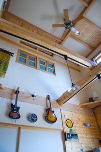 ギターを飾ったリビングルームの写真素材 [FYI03869056]