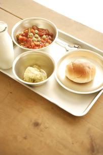 ロールパンと煮豆とポテトの給食の写真素材 [FYI03869100]