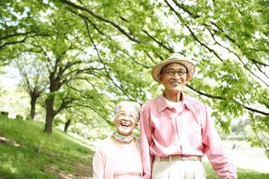 散歩をする日本人シニア夫婦の写真素材 [FYI03869107]