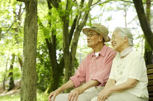 ベンチに座る日本人シニア夫婦の写真素材 [FYI03869118]