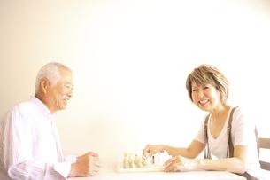 チェスをするシニア夫婦の写真素材 [FYI03869136]