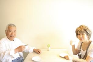 カップをもつシニア夫婦の写真素材 [FYI03869137]