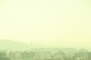 京都タワーとビル群の写真素材 [FYI03869150]
