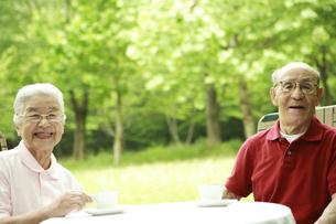 コーヒーを飲むシニア夫婦の写真素材 [FYI03869173]