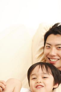 微笑む父子の写真素材 [FYI03869243]