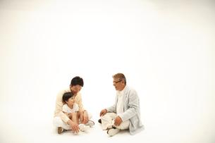 父子と祖父 三世代家族の写真素材 [FYI03869246]