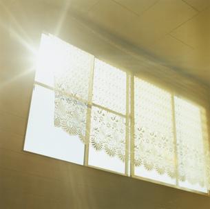 風になびくレースのカーテンの写真素材 [FYI03869256]