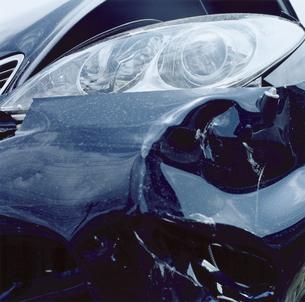 バンパーが潰れた自動車の写真素材 [FYI03869260]