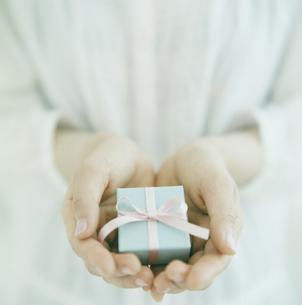 プレゼントを持つ手の写真素材 [FYI03869261]