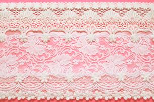 濃いピンクの背景と花柄のレースのコラージュの写真素材 [FYI03869310]