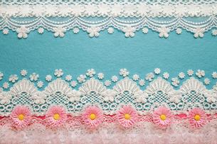 ブルーの背景とピンクの花とレースのコラージュの写真素材 [FYI03869311]