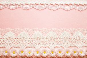 ピンクの背景と花と白色のレースのコラージュの写真素材 [FYI03869313]