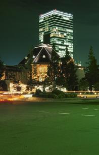 東京駅のライトアップの写真素材 [FYI03869385]