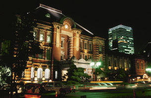東京駅のライトアップの写真素材 [FYI03869386]