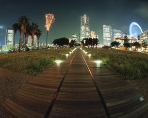 ランドマークタワーとクイーンズスクエアと横浜コスモワールドの写真素材 [FYI03869732]