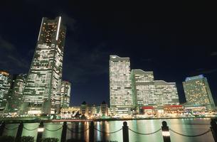 ランドマークタワーとクイーンズスクエアの夜景の写真素材 [FYI03869733]
