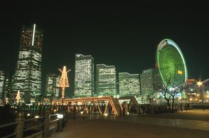 ランドマークタワーとクイーンズスクエアと横浜コスモワールドの写真素材 [FYI03869734]