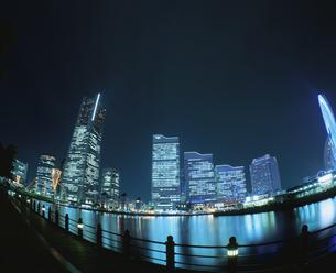 ランドマークタワーとクイーンズスクエアと横浜コスモワールドの写真素材 [FYI03869735]