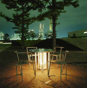 公園の椅子とランドマークの夜景の写真素材 [FYI03869775]