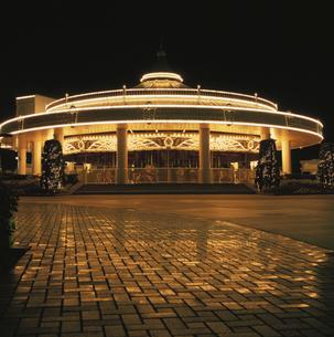 八景島シーパラダイスのメリーゴーランドライトアップの写真素材 [FYI03869861]
