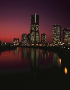 汽車道からランドマークタワーを望む夜景の写真素材 [FYI03869877]