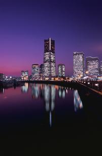 汽車道からランドマークタワーを望む夜景の写真素材 [FYI03869882]