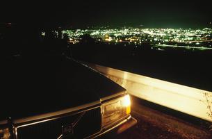 車と夜景の写真素材 [FYI03869981]