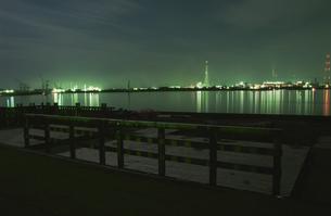 デッキのある海辺の夜景の写真素材 [FYI03870011]