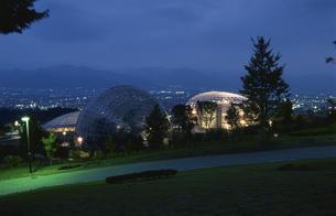 公園と富士山と甲府盆地の夜景の写真素材 [FYI03870020]