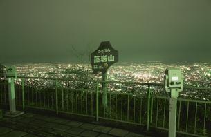 藻岩山から札幌市街を望む夜景の写真素材 [FYI03870062]