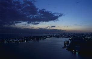 幕張方面と海の夜景の写真素材 [FYI03870131]