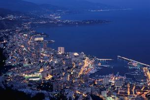 モナコ港とモンテカルロの夜景の写真素材 [FYI03870273]