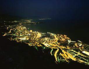 モナコ港とモンテカルロの夜景の写真素材 [FYI03870276]