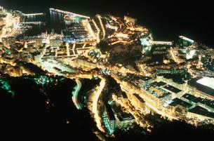 モナコ港と大公宮殿の夜景の写真素材 [FYI03870277]
