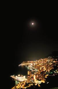 モナコの海岸線と月の写真素材 [FYI03870280]