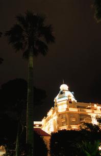 ライトアップされたホテルの写真素材 [FYI03870301]