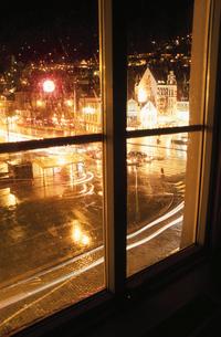 窓枠と夜景の写真素材 [FYI03870492]