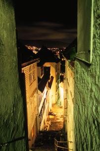 路地と夜景の写真素材 [FYI03870494]