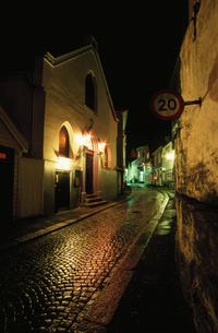 標識と石畳の道の写真素材 [FYI03870495]