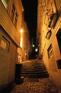 夜の小路の写真素材 [FYI03870496]