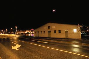 夜の道路の写真素材 [FYI03870498]