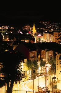 高台から眺めるベルゲンの街とヨハネス教会の写真素材 [FYI03870501]