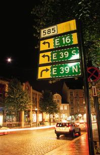 標識と道路の写真素材 [FYI03870503]