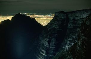 テーブルマウンテンの岩肌と夜景の写真素材 [FYI03870555]