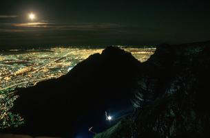 テーブルマウンテンの岩肌と夜景の写真素材 [FYI03870557]