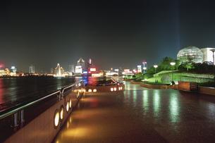 濱江大道から見た外灘の夜景の写真素材 [FYI03870660]
