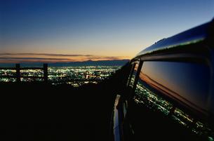 大岩山から望む足利市街と車の写真素材 [FYI03870852]