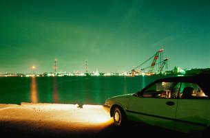 港から望む夜景と車の写真素材 [FYI03870857]